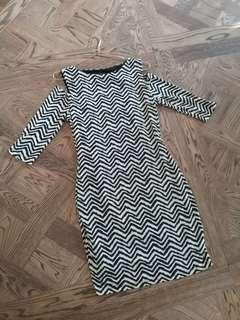 BLACK & WHITE FITTED DRESS SIZE M