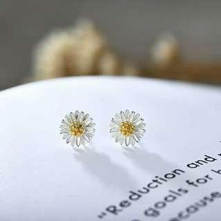 🚚 銀雛菊針式耳環