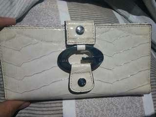 GUESS Original Long Wallet (glossy white) Unused... Naistocked lang .. Bagong bago pa tignan in out appearance..