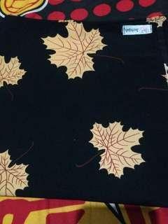Hijab segi empat motif daun