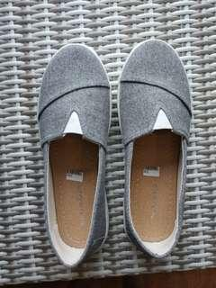 Womens slip on size 39- Grey (new)