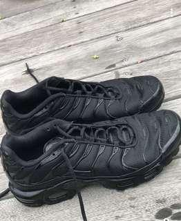 Men's all black tns