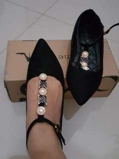 Sepatu hils wanita warna hitam