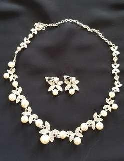 🚚 Sparkling and pearl necklace and earrings