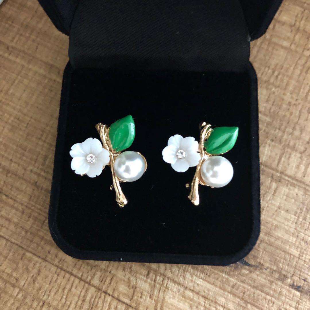 Brand new cute elegant White flower with leaf stud earrings