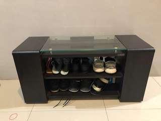 Meja ruang tamu multifungsi bisa jadi rak sepatu