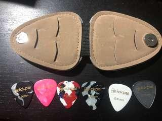 Guitar pick 6 pieces set and holder - Brand new