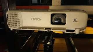 "Projector Epson EB-S400 + Screen 84"" x 84"""