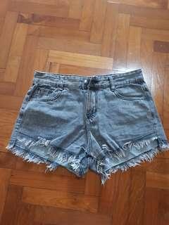 🚚 Gray washed frayed denim shorts