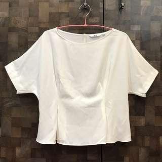 🚚 Uniqlo 純白折縫束身設計款上衣