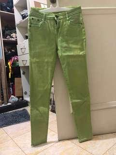 Celana jeans berwarna hijau muda