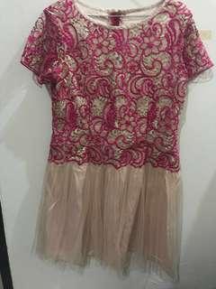 Dress pesta brokat merah muda dengan tulle