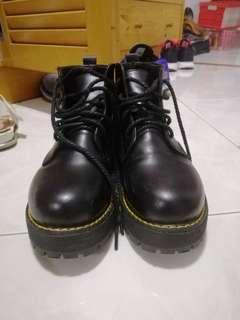 🚚 Black High cut boots