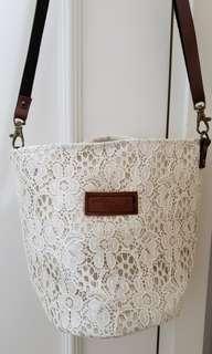 女士單孭或斜孭小袋,啡色皮帶,有索繩
