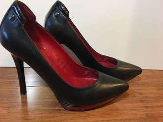 Guess - women's black pump with red accent