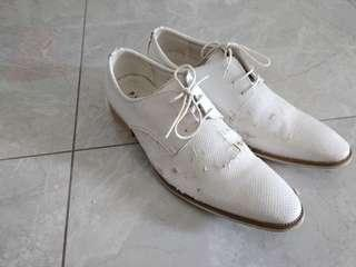 🚚 White Shoes for wedding photo