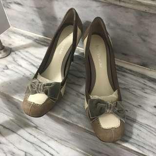 Enzo Angiolini 真皮(牛皮+麂皮拼接)天鵝絨蝴蝶結 方頭 高跟鞋 穿過一次在地毯上走 跟高8.5公分 通勤 楦頭偏窄