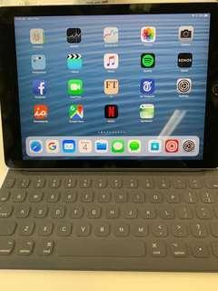 iPad Pro 9.7 128 GB with Smart Keyboard/ WiFi.