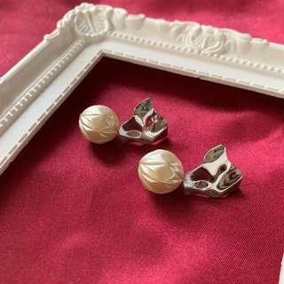 不規則銀片隨意紋珍珠 irregular silver shaped pearl earrings