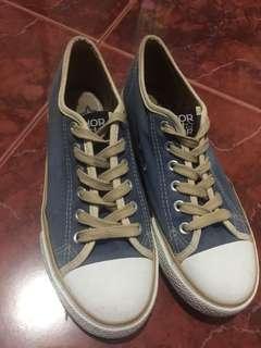 Sepatu model Converse