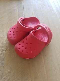 🚚 Red Crocs size US 6/7