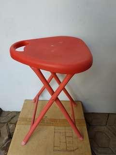 kursi merah lipat