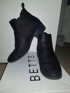 BETTS Damn black ankle boots