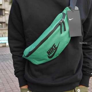 Nike 腰包 綠色 Heritage Hip Pack Bag 字勾 側背包 大勾 隨身小包 BA5750-310
