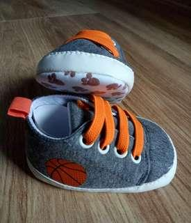 Sepatu sneaker bayi