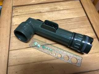 🚚 綠色軍用L型手電筒