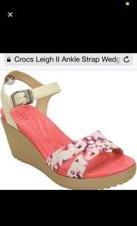 BNWT Crocs Leigh II Ankle Strap Wedge Stucco/Gold