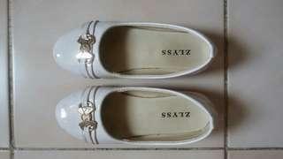 Sepatu cantik putih