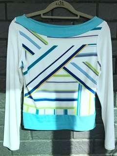 白底。幾何彩藍紋。短版薄長袖