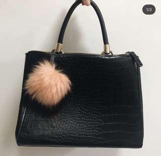 🚚 Black handbag (medium size with two zip compartment)