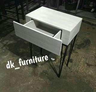 Meja sudut / Meja ruang tamu simple