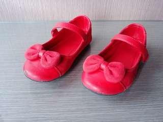 Sepatu merah polos