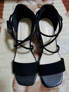 🚚 (全新)(如圖)跟鞋/涼鞋/拖鞋/平底鞋/休閒鞋/帆布鞋/楔形鞋(715黑-37)