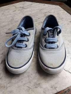 Sepatu sneakers anak levis