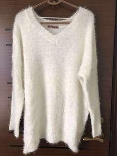 🚚 V領白色毛衣