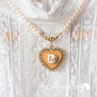 Pretty vintage Victorian-style faux pearl necklace with heart-shaped pendant