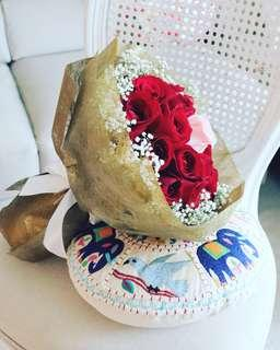 🚚 Stunning valentine red roses in gold wrapper