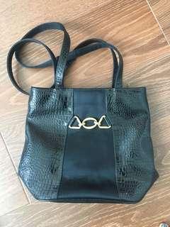 🚚 Vinatge leather black handbag from Italy
