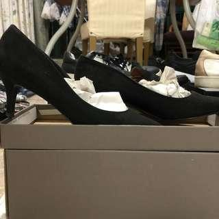 🚚 Eur 37 Charles and Keith black court pumps