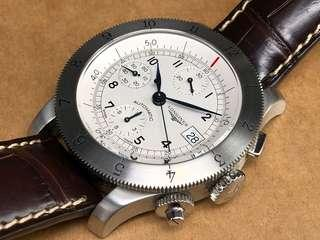 二手Longines Heritage  復刻版。L27414自動星期,日曆男庒全鋼計時手表。 現特價$10800 原庒白色表面。藍鋼指針可以轉動內圈及外圈 水晶玻璃 原庒皮表帶。原裝針扣 原廠自動機芯, 表身40mm不計表的量度。 原庒表的。 有盒有証書。 有意私信