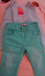 Sepasang atasan dan celana jeans