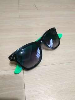 🚚 BN black sunglasses with green sides