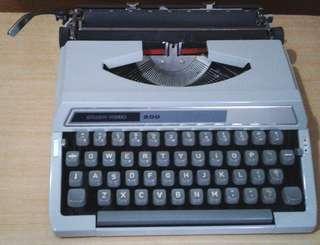 古典Silver -reed日本鐵壳機械打字機