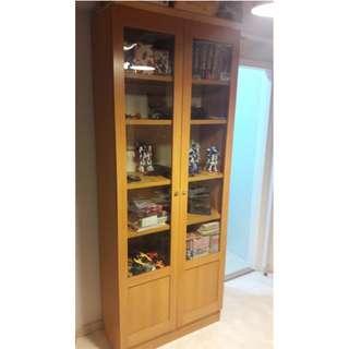 (免費送出) 實惠~櫸木色雙門書櫃一個,堅固實淨, 大約8成新,實惠同類型賣$4千,但不包相片中書本和玩具。