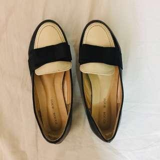 Flat shoes with white detail