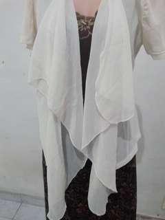 Outer putih fit to M.. Modelnya keren. Bisa dipakai sbg luaran dress atau luaran tanktop